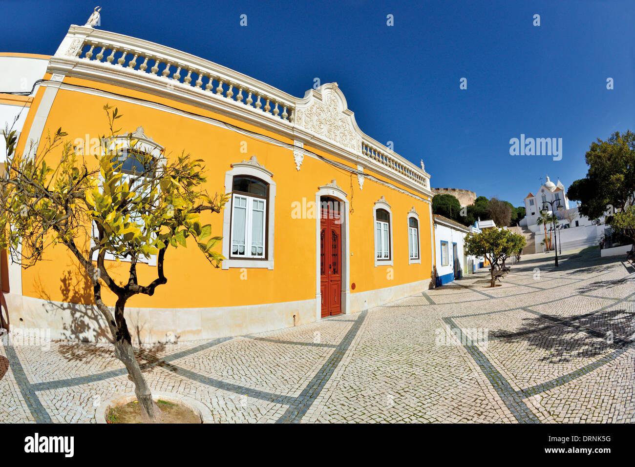 Il Portogallo, Algarve: Tipica architettura algarvian a Praca 1 de Maio in Castro Marim Immagini Stock