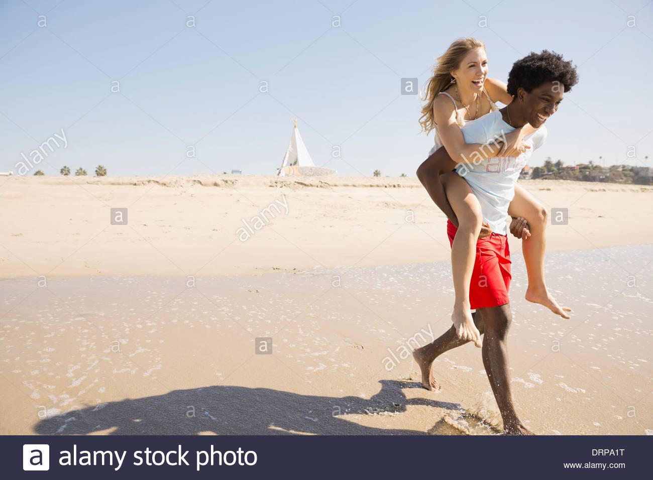 Paio di trascorrere del tempo in spiaggia Immagini Stock