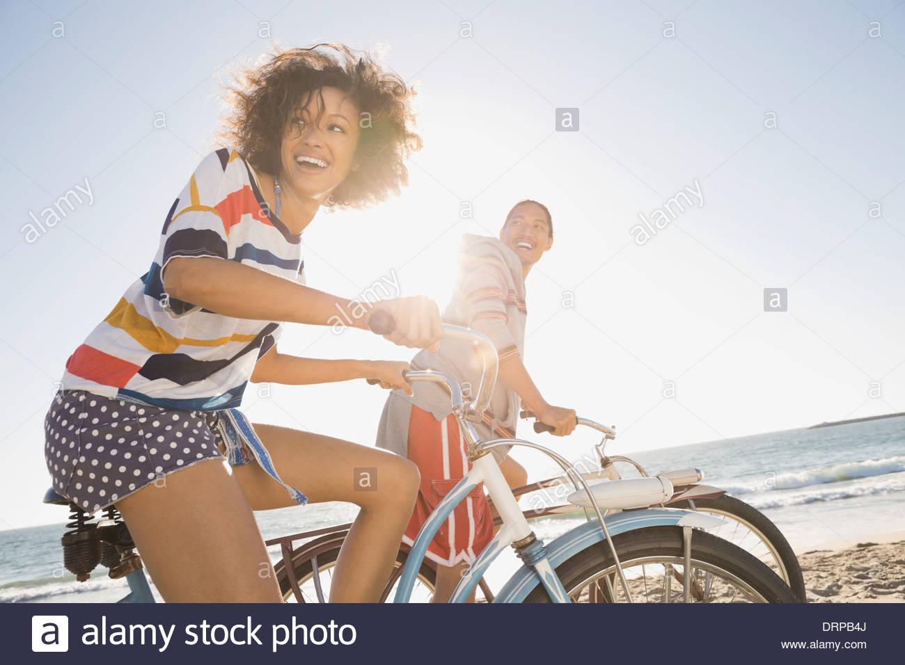 Paio di andare in bicicletta sulla spiaggia Immagini Stock