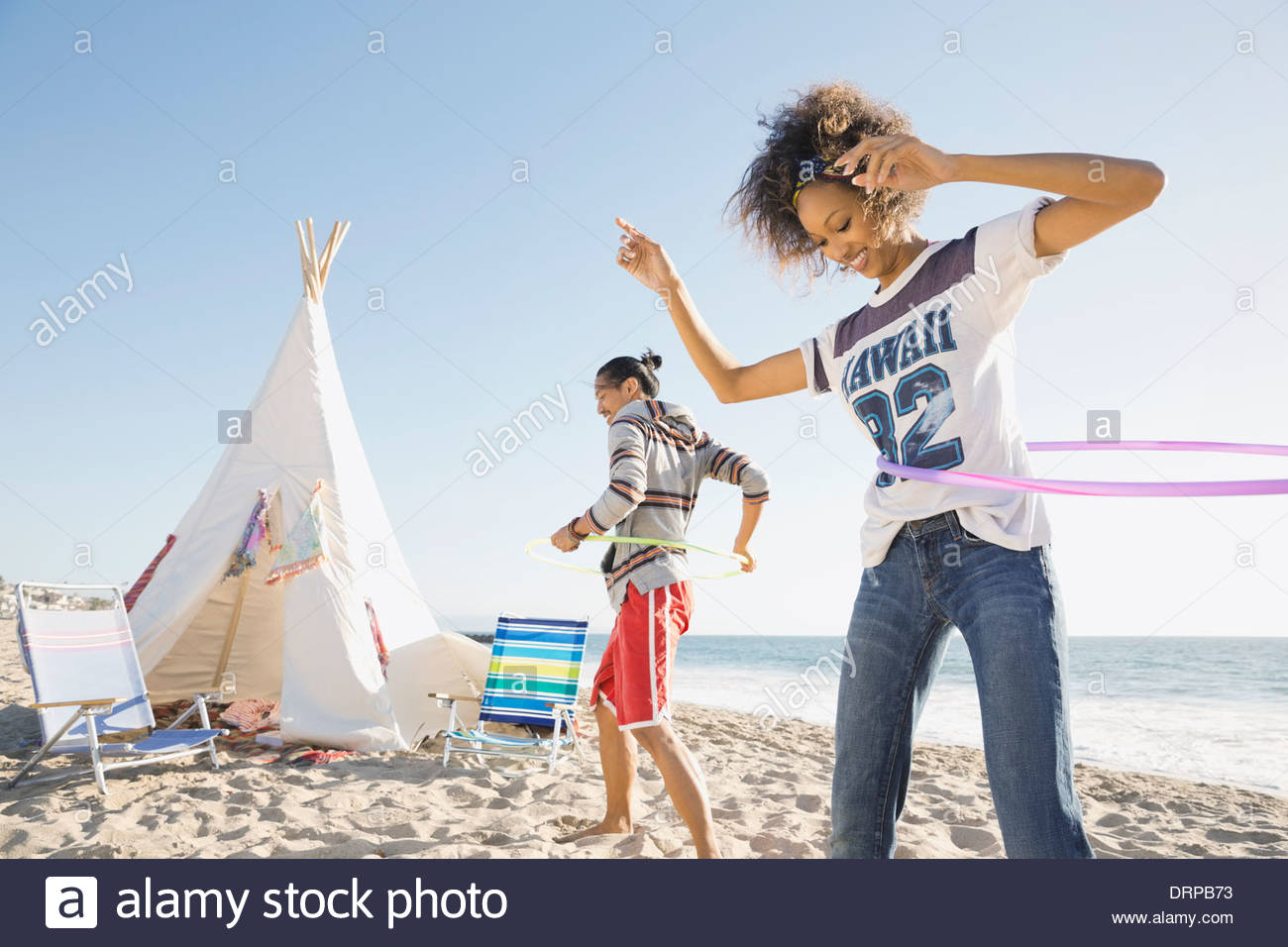 Giovane hula cerchiatura sulla spiaggia Immagini Stock
