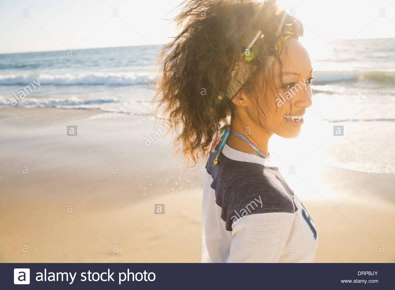Donna trascorrere il tempo libero in spiaggia Immagini Stock
