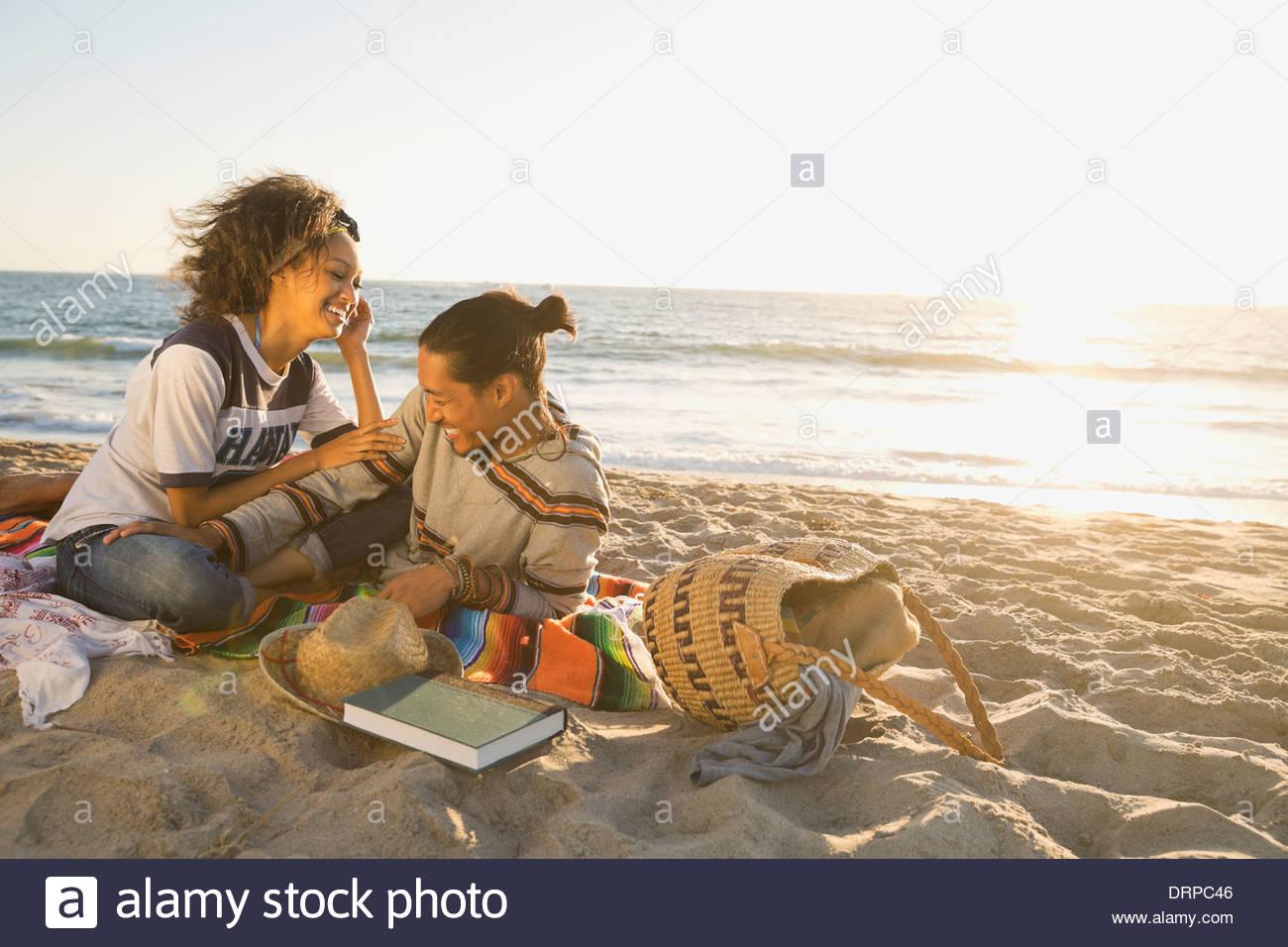 Paio di trascorrere il tempo libero in spiaggia Immagini Stock