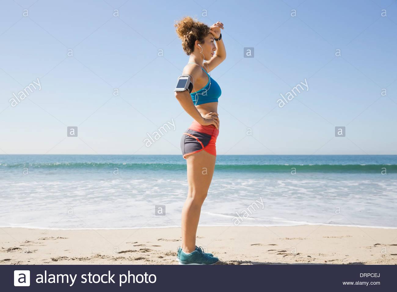 Pareggiatore femminile prendendo una pausa sulla spiaggia Immagini Stock
