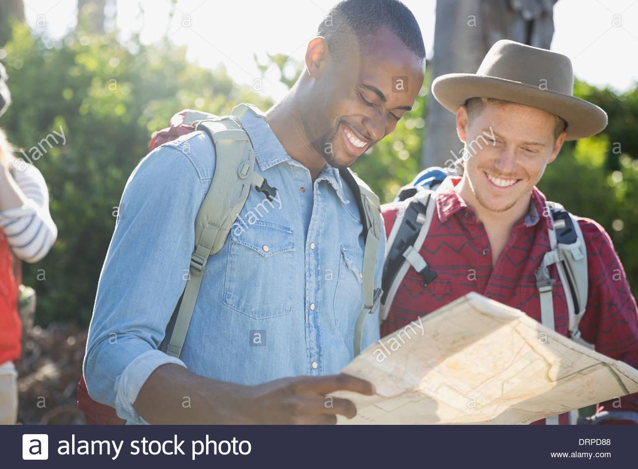 Amici maschi guardando la mappa all'aperto Immagini Stock