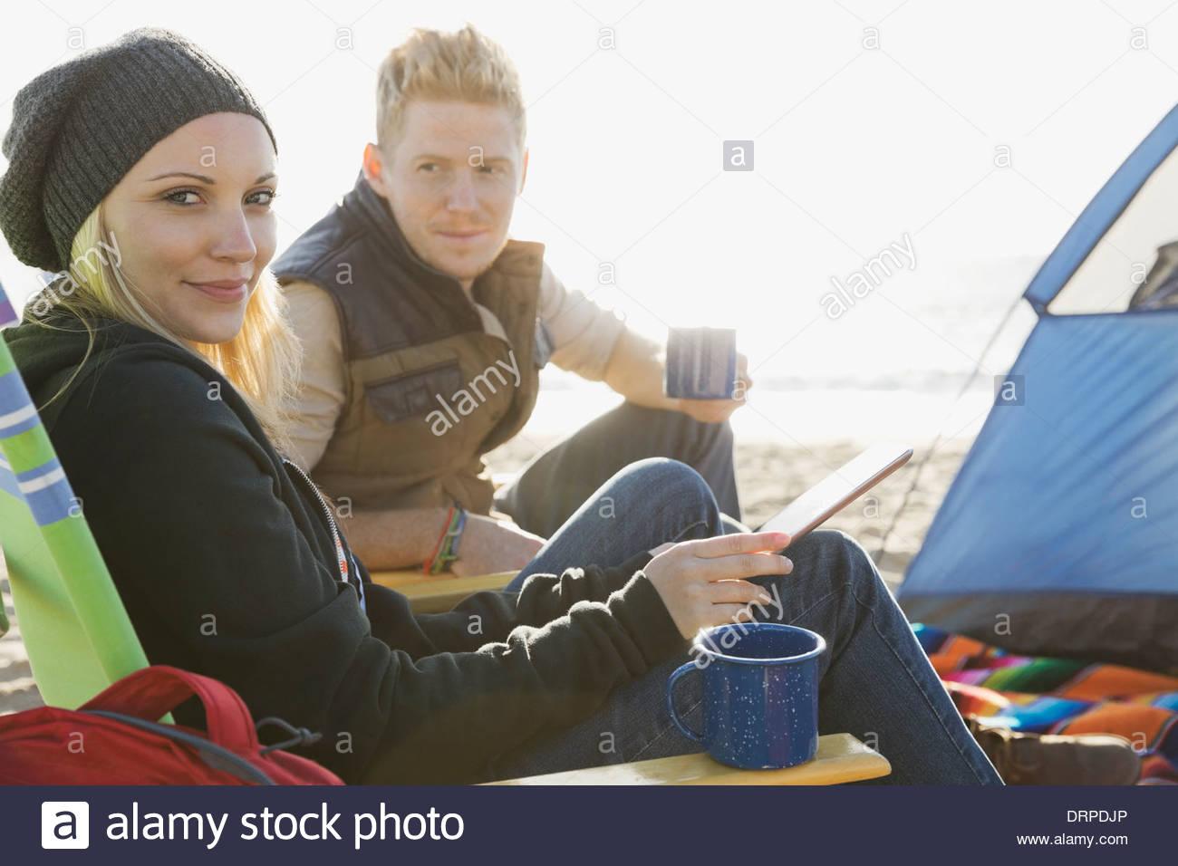 Giovane camping sulla spiaggia Immagini Stock