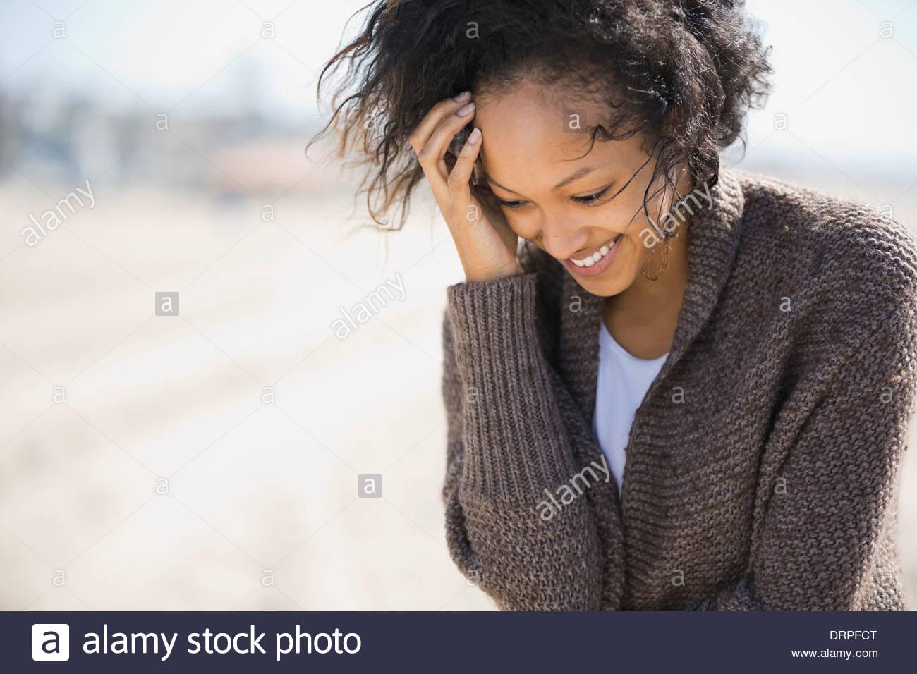 Donna timida permanente sulla spiaggia Immagini Stock