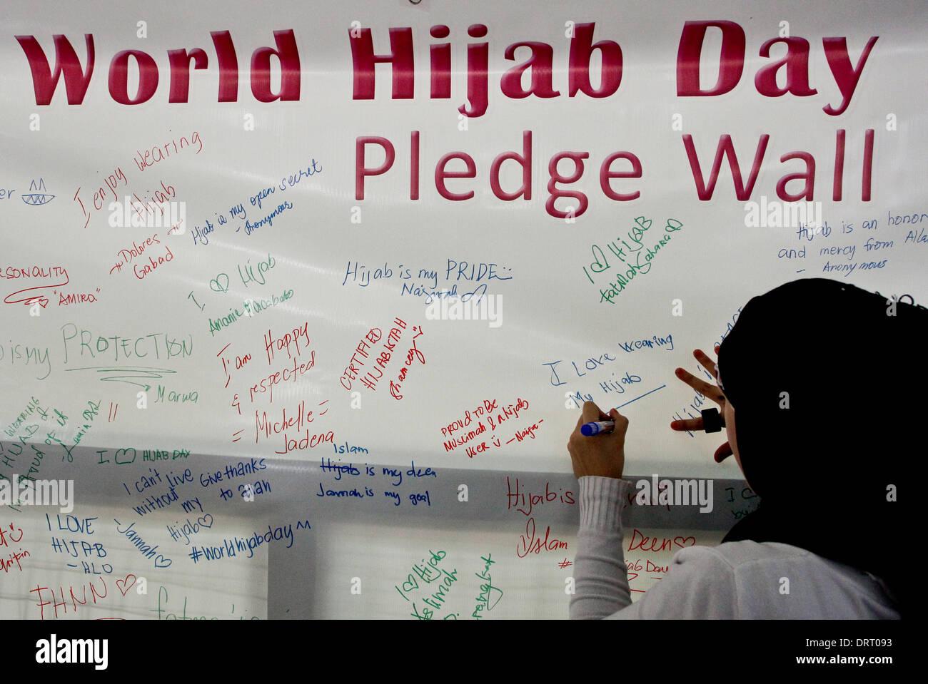 Quezon, Filippine. Il 1° febbraio 2014. Musulmani e non le donne musulmane firmato impegni per il mondo Hijab giorno Foto Stock