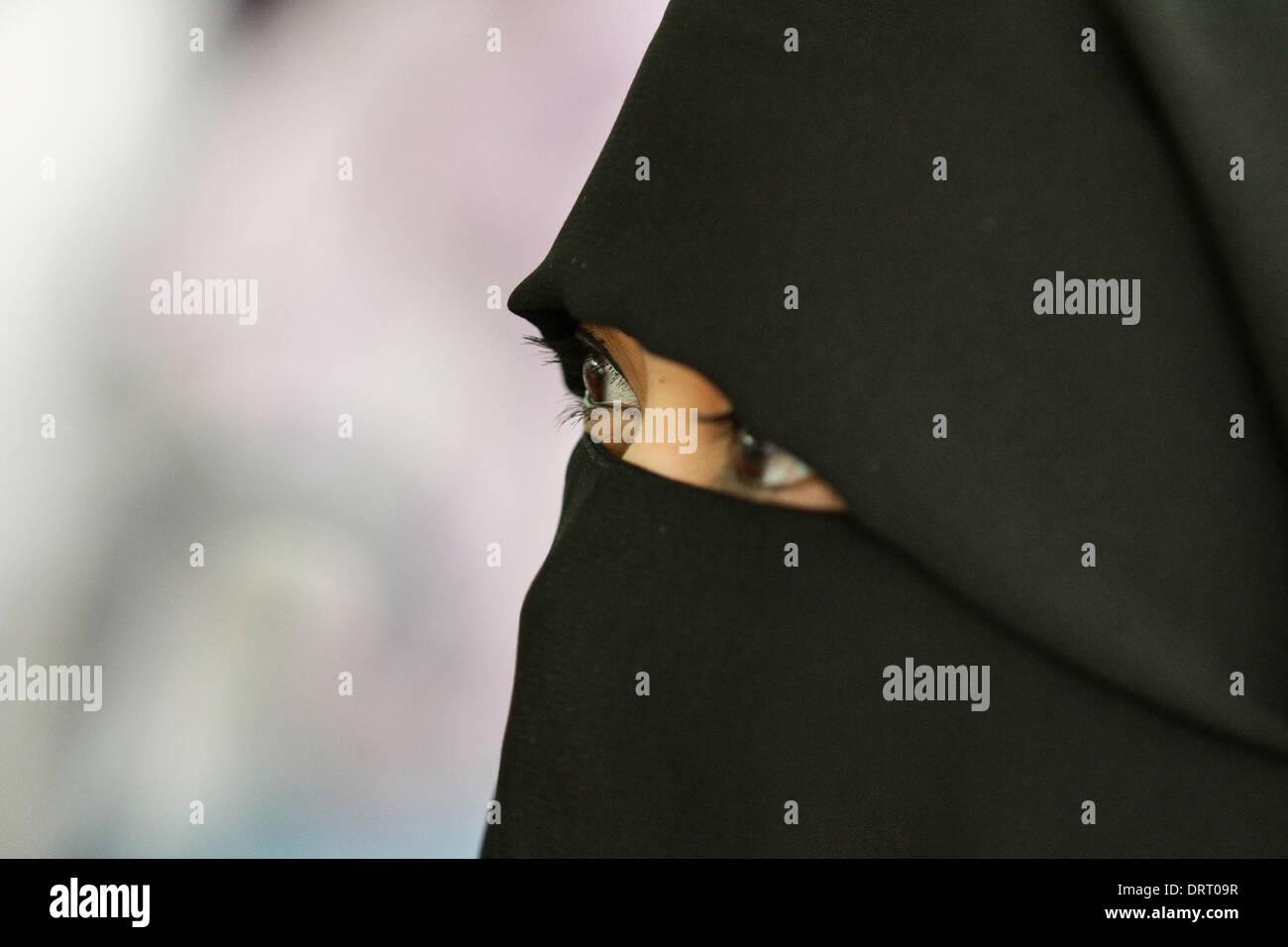 Quezon, Filippine. Il 1° febbraio 2014. Una donna musulmana che indossa una faccia piena Hijab assiste il mondo Foto Stock