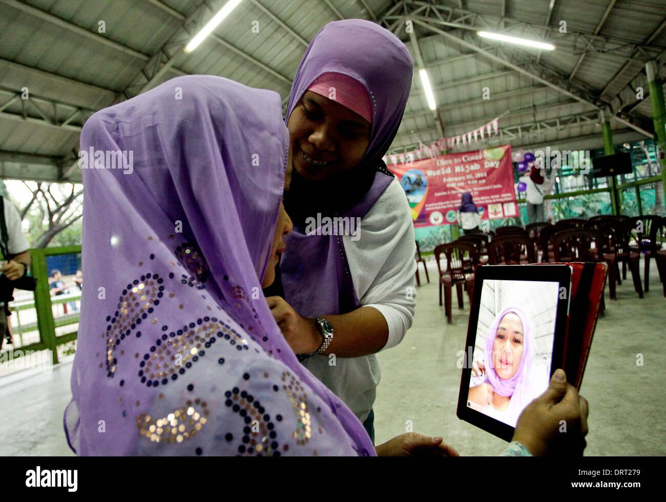 Quezon, Filippine. Il 1° febbraio 2014. Il dott. Claire Bermundo un cattolico si inserisce il suo Hijab durante Foto Stock