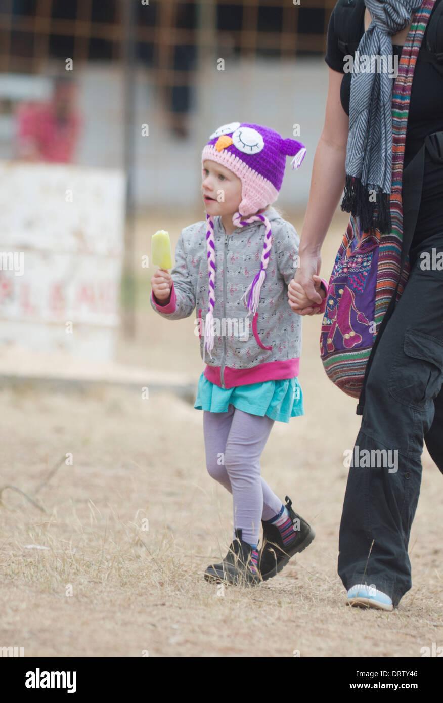 Giovane ragazza che indossa un cappello spiritoso - Taralga Rodeo - Nuovo Galles del sud - Australia Immagini Stock