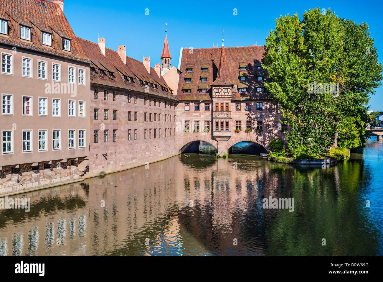 Norimberga, Germania presso lo storico ospedale di Santo Spirito sul fiume Pegnitz. Immagini Stock