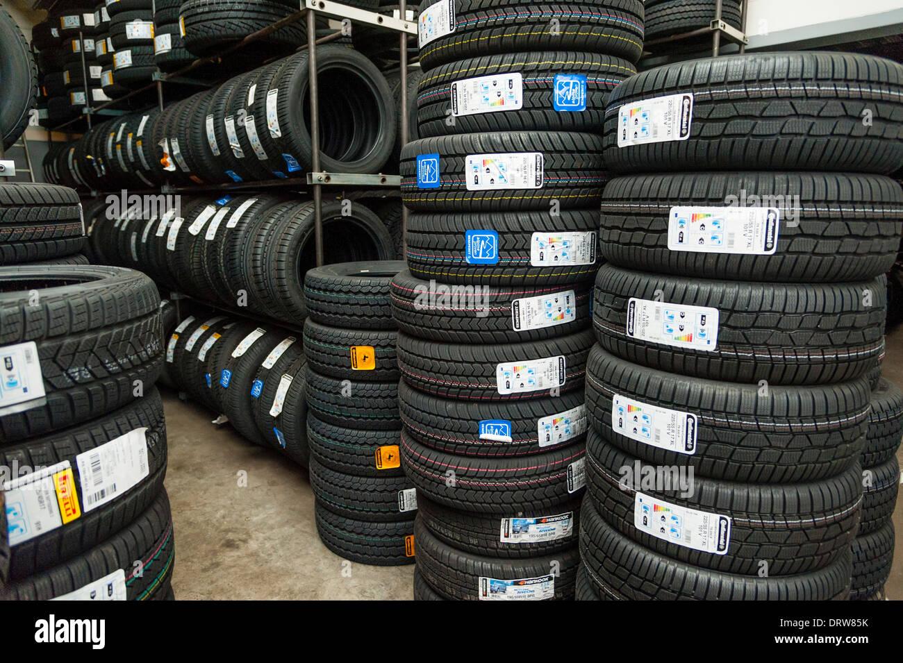 Pneumatici per auto vengono memorizzati in un garage. Foto Stock