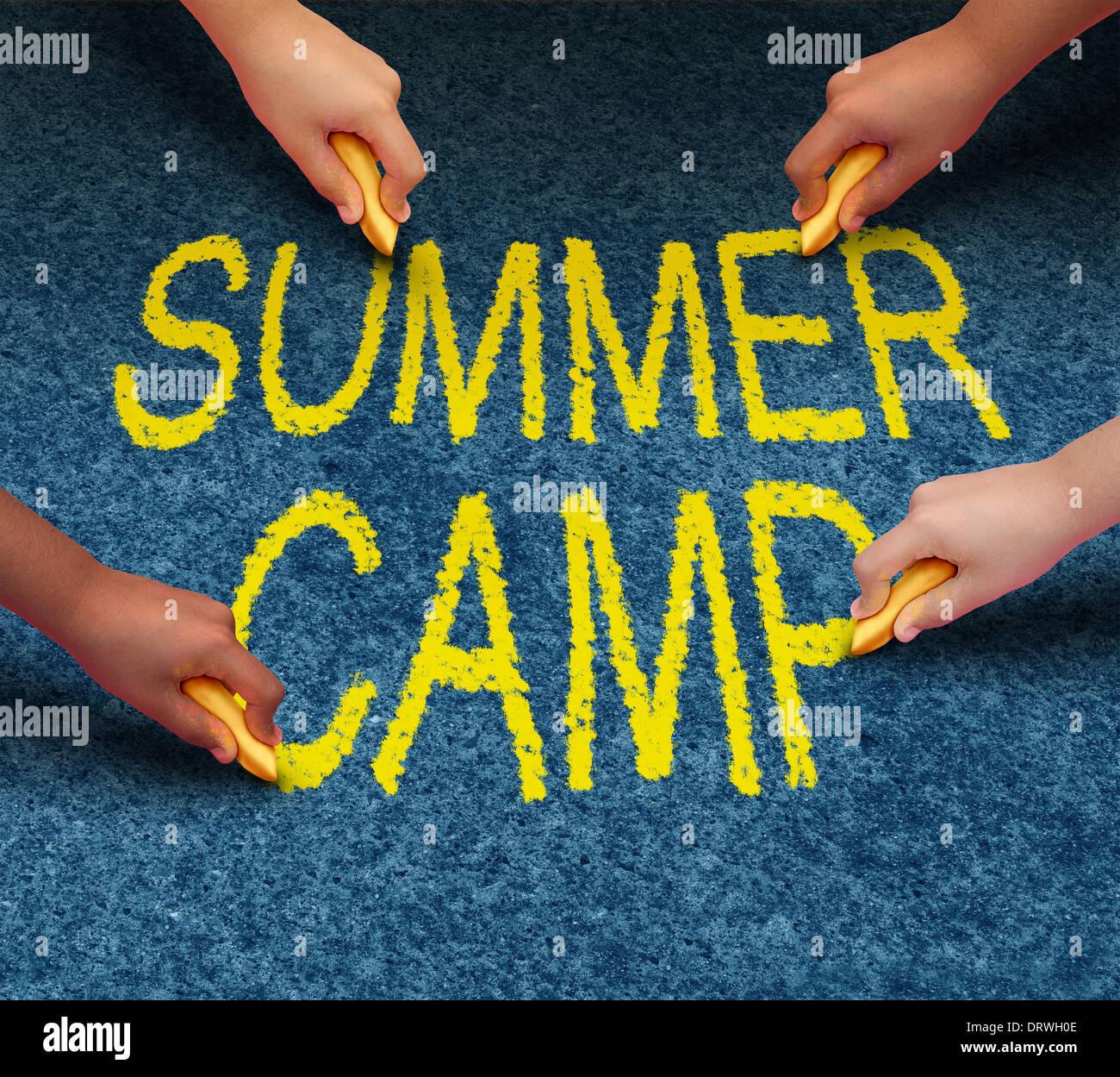 Summer Camp con scuola multietnica di disegno per bambini parole su un pavimento piano esterno come un simbolo di ricreazione e divertimento educativo con un gruppo di bambini che lavorano come un team per il successo di apprendimento. Immagini Stock