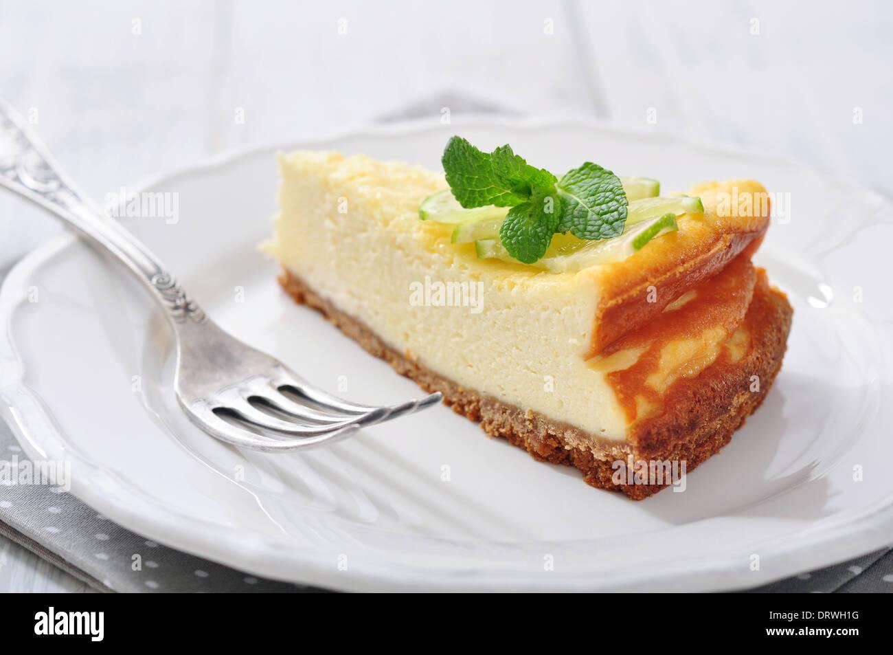 Cheesecake con lime e menta su piastra in primo piano Immagini Stock