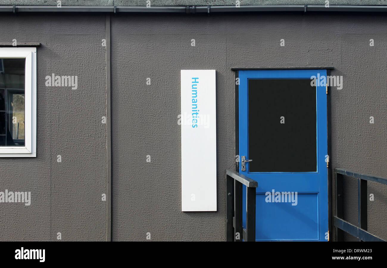 Mobile prefabbricato in aula nella scuola secondaria. Immagini Stock