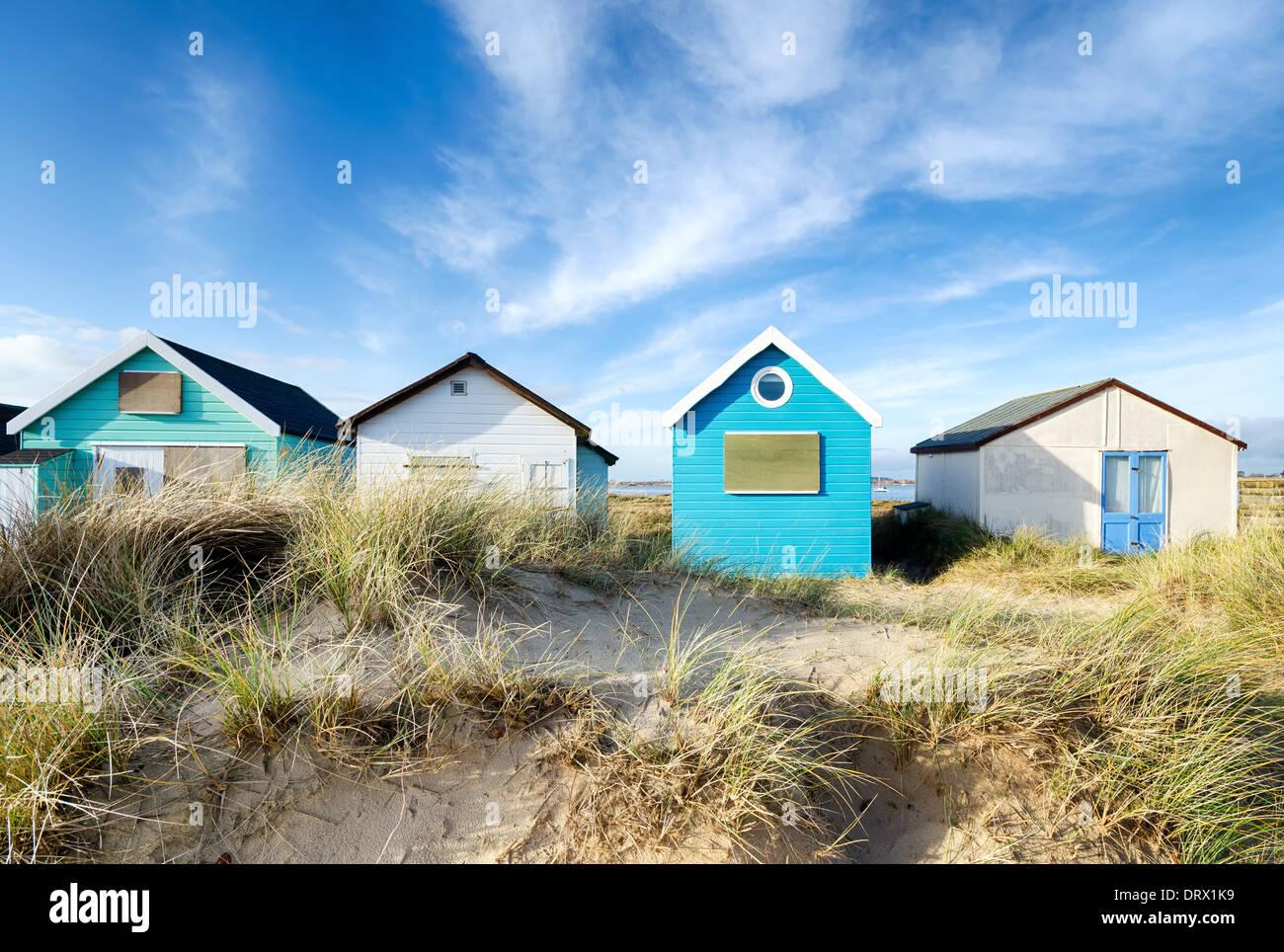 Spiaggia capanne su Spit Mudeford vicino a Christchurch in Dorset Immagini Stock