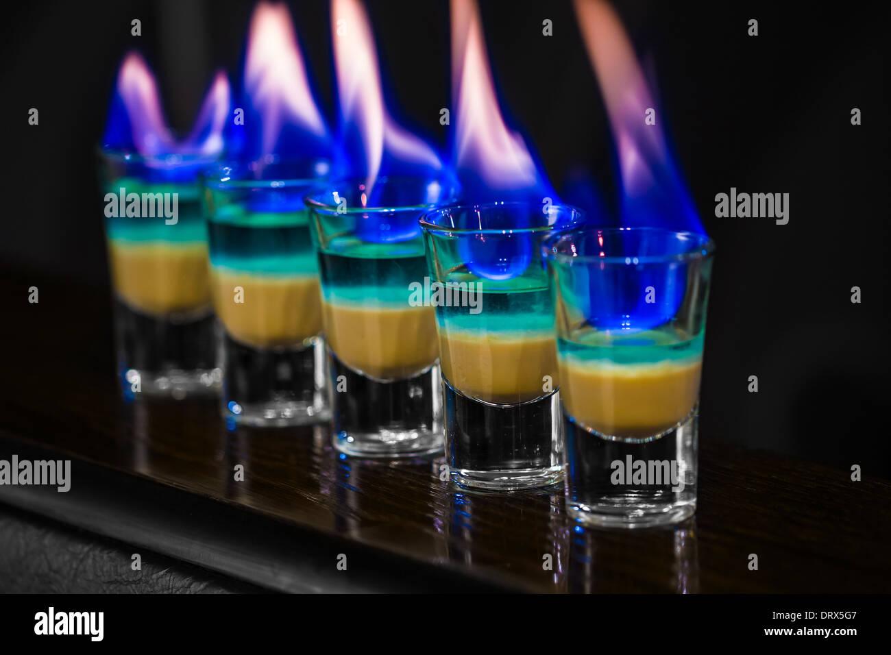 Barman effettuare scatti alcolica in discoteca Immagini Stock