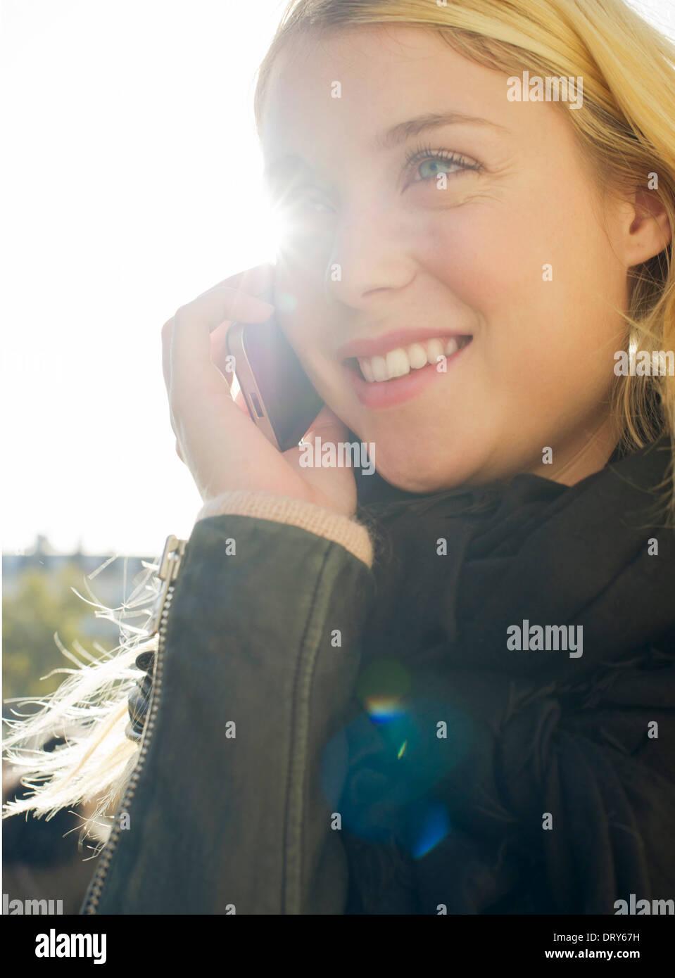 Giovane donna all'aperto parlando sul telefono cellulare Immagini Stock
