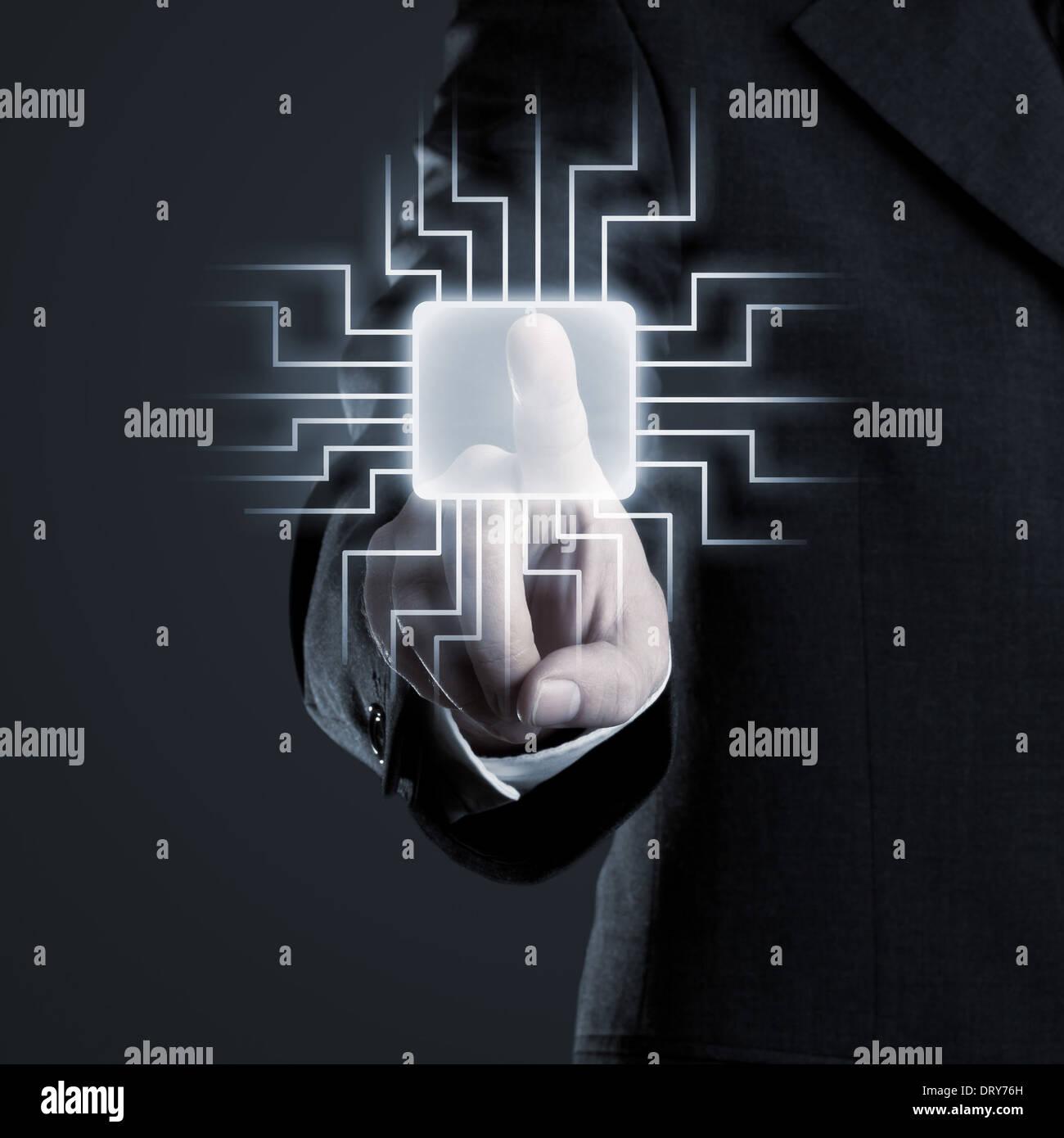 Imprenditore la navigazione di rete sul touchscreen futuristico Immagini Stock