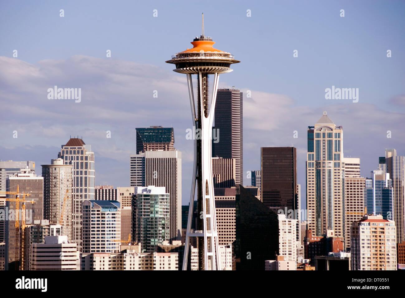 Lo Space Needle e il centro cittadino di grattacieli dal Queen Anne hill, Seattle, Stati Uniti d'America. Ridipinto di arancione per celebrare il cinquantesimo anniversario 2012 Immagini Stock