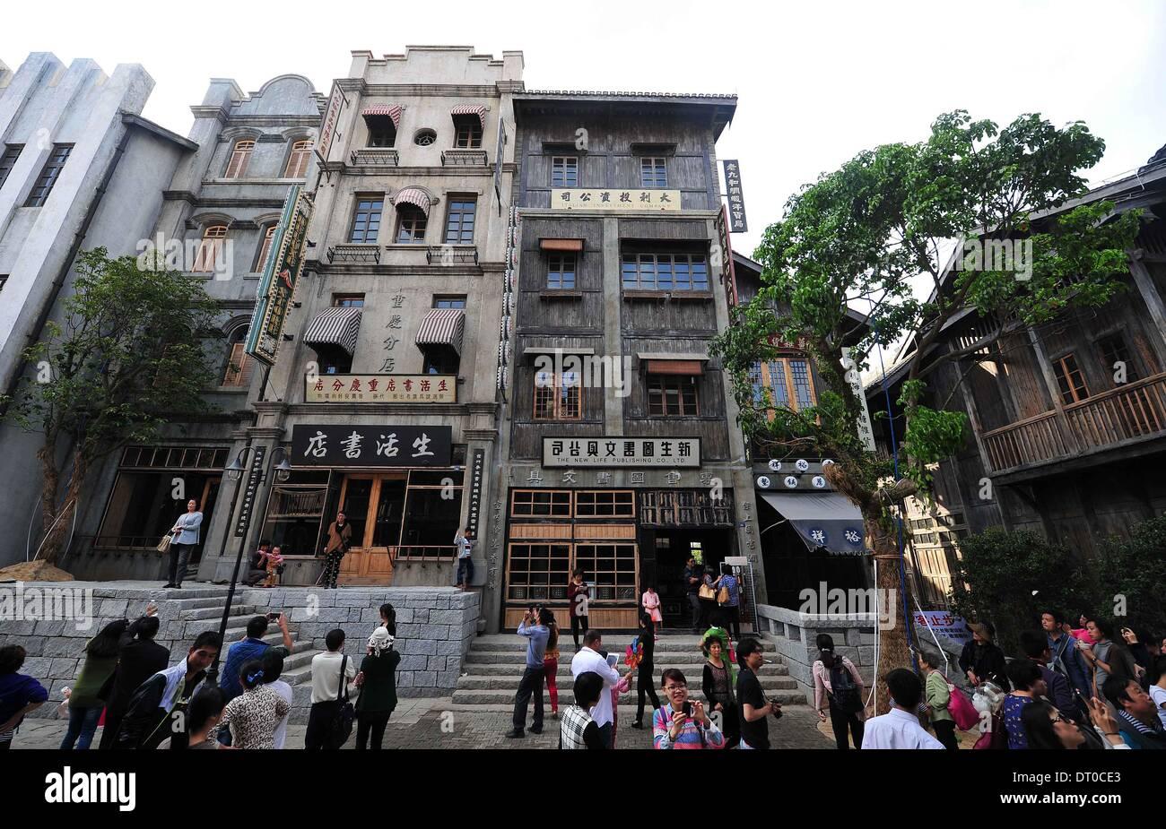 """Haikou, cinese della provincia di Hainan. 5 febbraio, 2014. Turisti visitano la """"strada nello stile della Cina nel 1942' in Haikou, capitale del sud della Cina di Hainan Provincia, Febbraio 5, 2014. Come una parte di direttore Feng Antonio's movie theme park, recentemente inaugurato street imitando scene di Feng il film '1942' testimoni di un picco del turismo di recente. Credito: Guo Cheng/Xinhua/Alamy Live News Immagini Stock"""