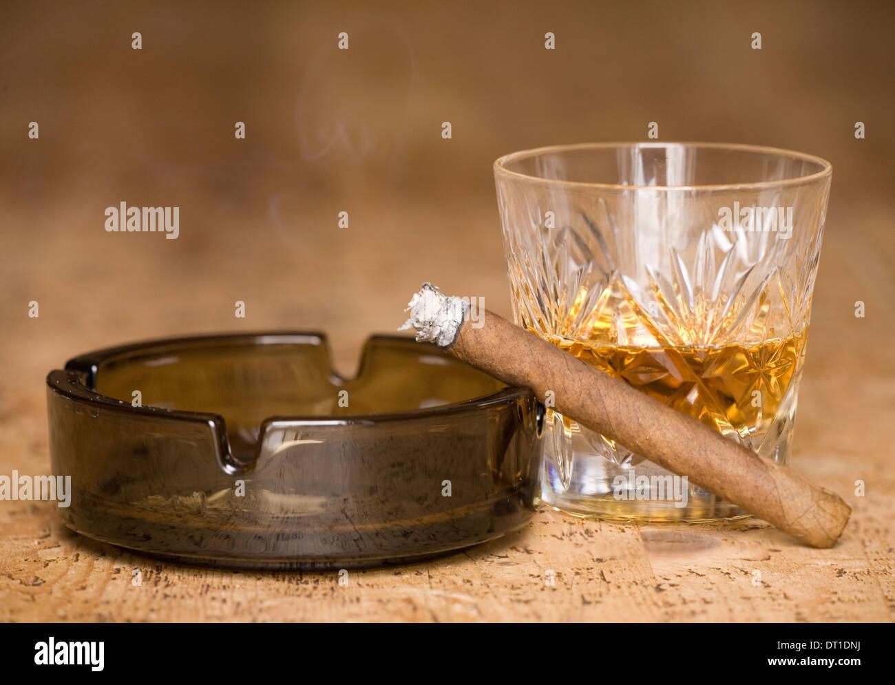 Fumatori di sigari e di bere whisky dipendenza Immagini Stock