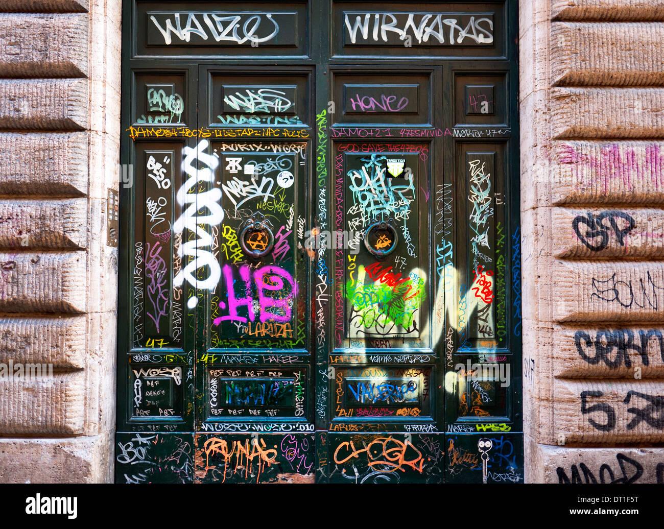Graffiti spruzzato su portali in Trastevere, Roma, Italia. Immagini Stock