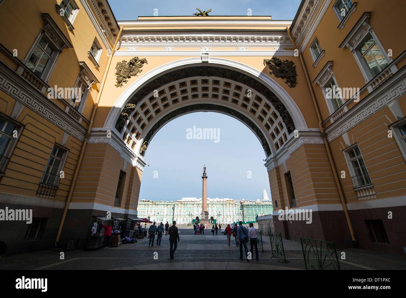 La piazza del palazzo con la colonna di Alexander di fronte all'Eremo (Palazzo d'inverno), sito UNESCO, San Pietroburgo, Russia Immagini Stock