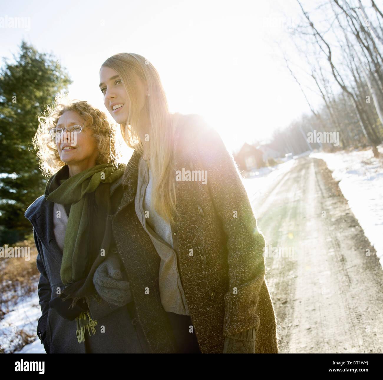 Madre e figlia all'aperto inverno Immagini Stock