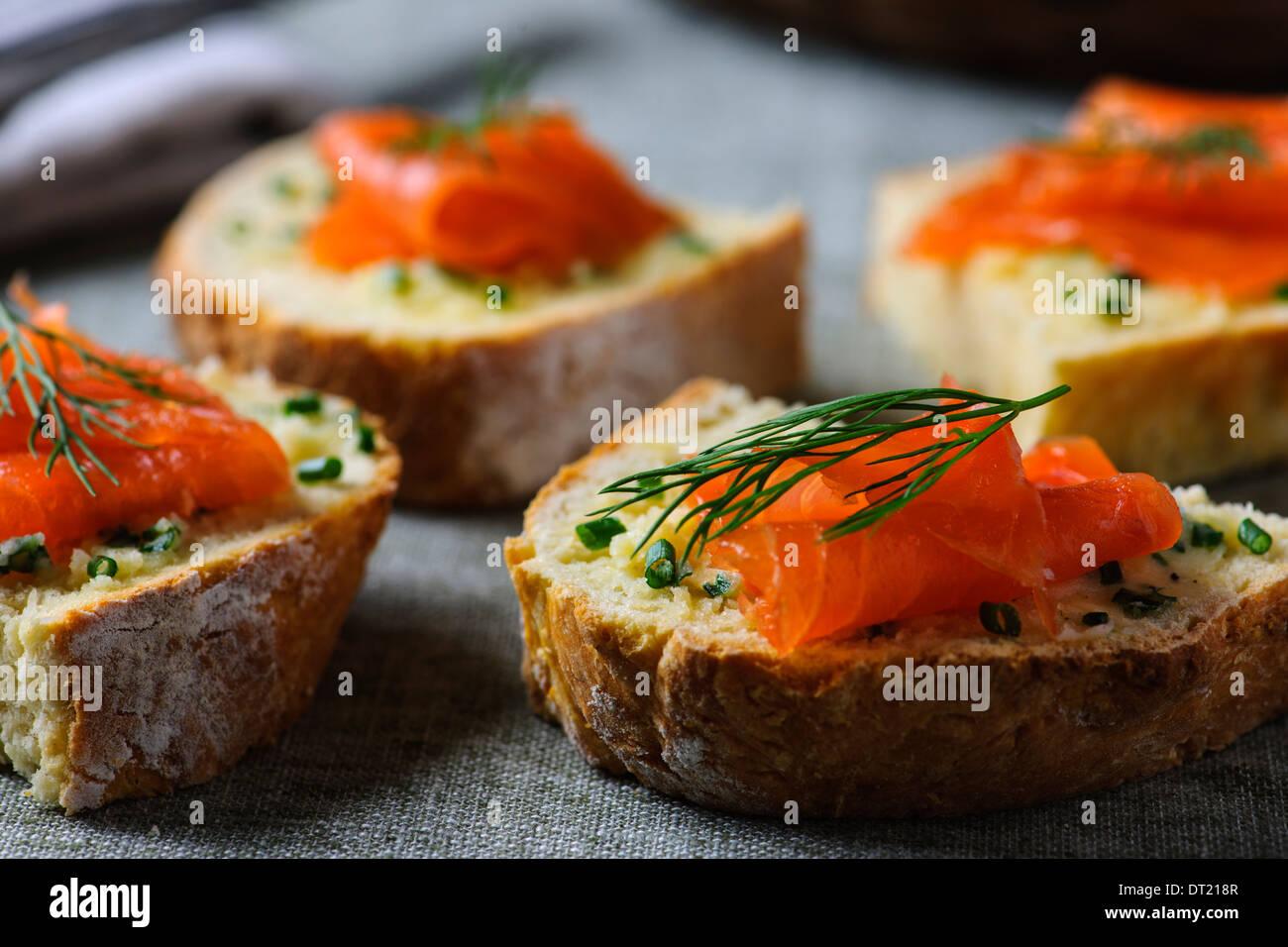 Irish Soda pane con salmone affumicato e erba cipollina burro Immagini Stock