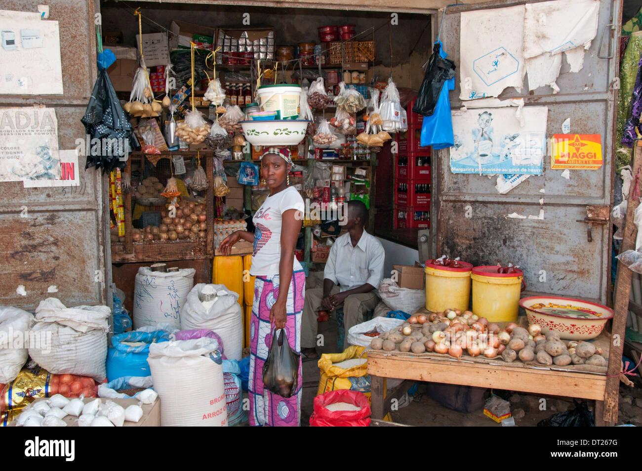 Donna locale dello Shopping al Mercato di Serrekunda, Serrekunda, Gambia, Africa occidentale Immagini Stock