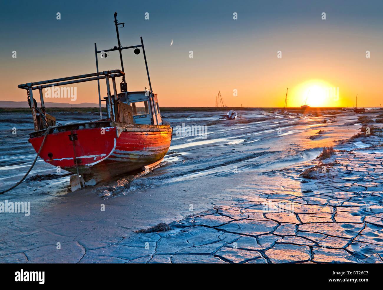 Le velme e le barche dei pescatori al tramonto, Heswall, la dee Estuary, Wirral, Merseyside England, Regno Unito Immagini Stock