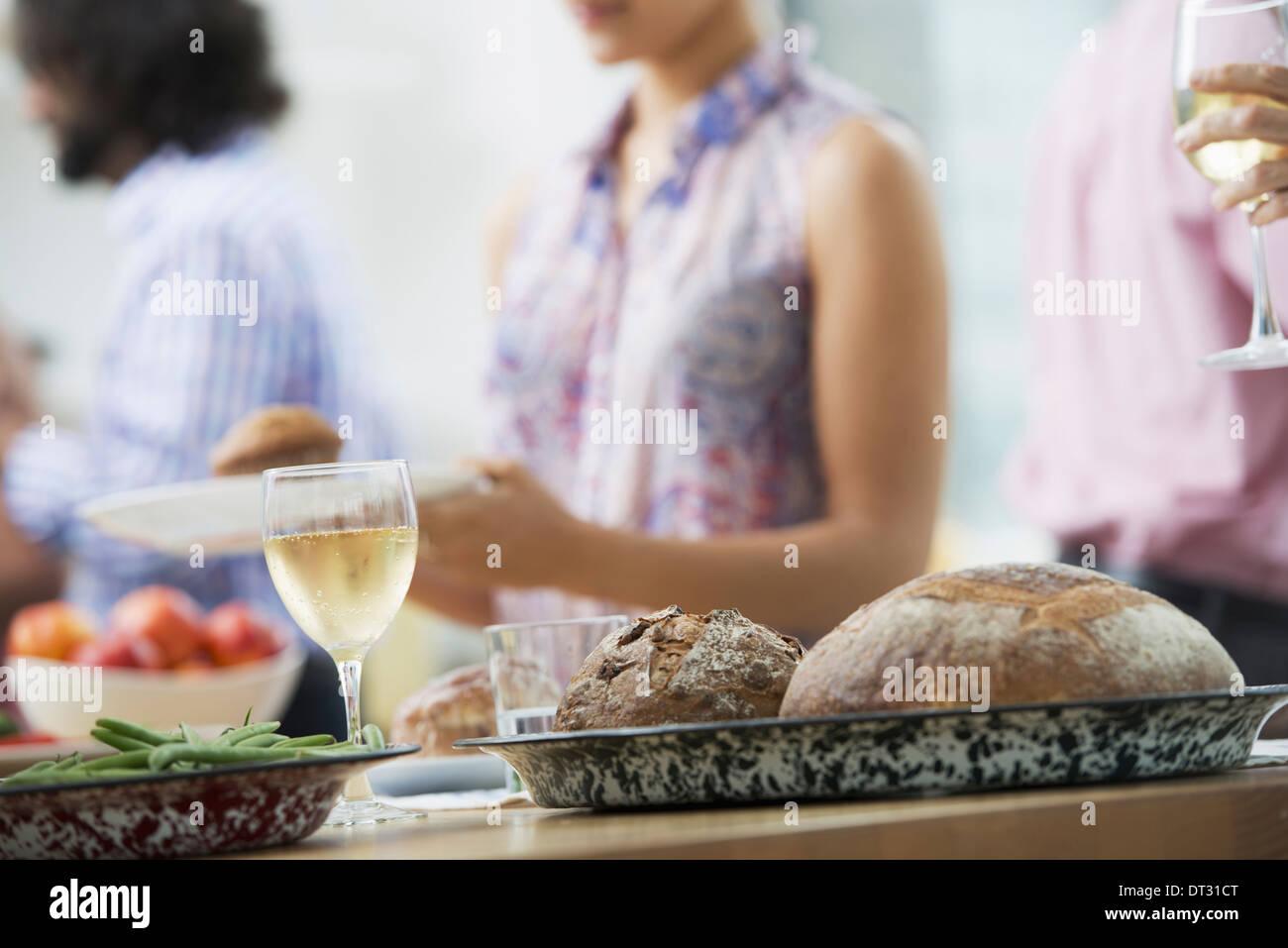 Un piano aperto in ufficio per un pranzo di lavoro a buffet di insalate di età mista e le etnie riuniti insieme Immagini Stock
