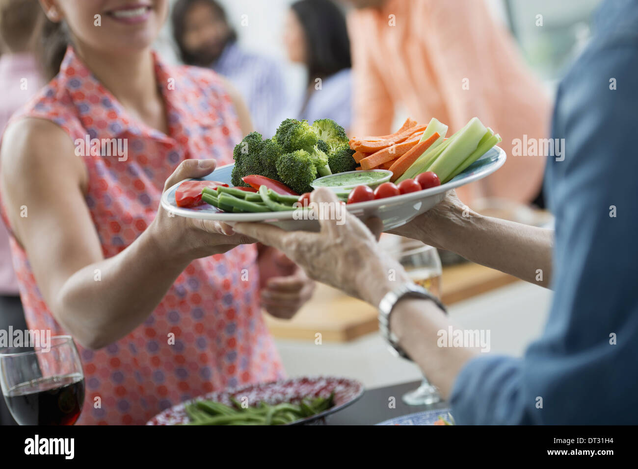 Buffet di insalate di età mista e le etnie riuniti insieme Immagini Stock