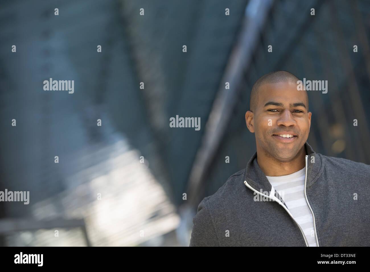 Un uomo in grigio Felpa con zip Immagini Stock