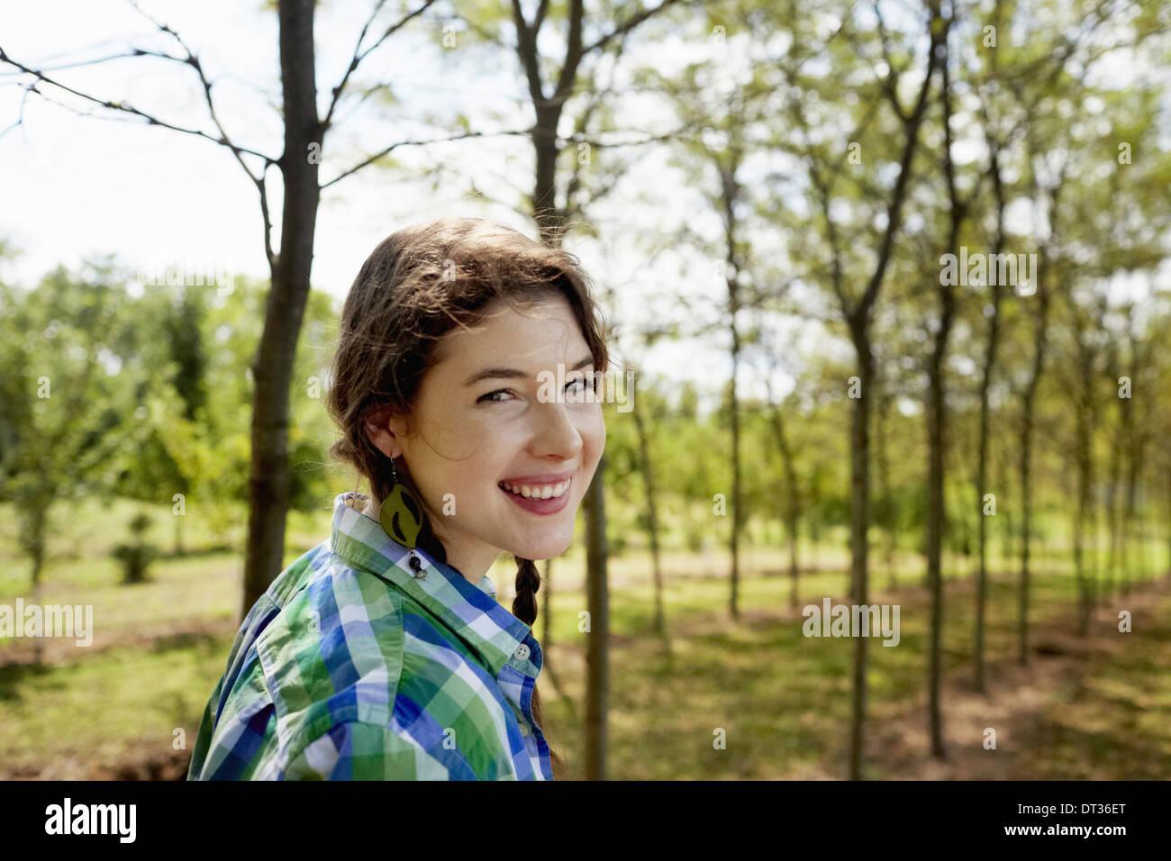 Una ragazza in un verde controllato shirt con trecce Immagini Stock