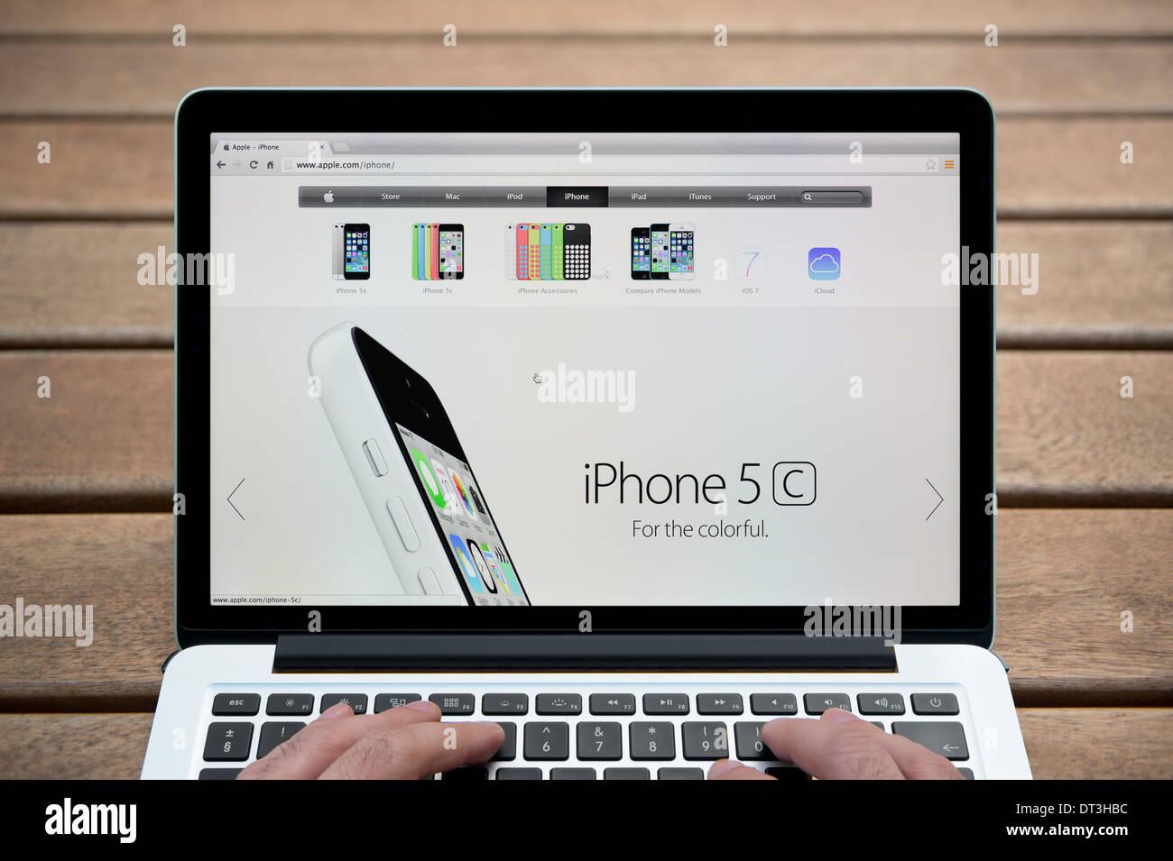Apple Iphone Del Sito Web Su Un Macbook Contro Una Panca In Legno