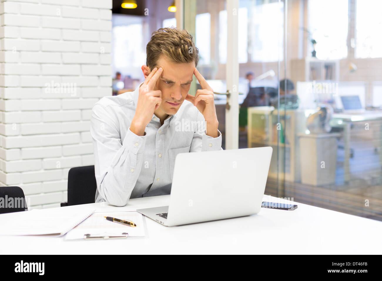 Maschio di business desk computer start-up Immagini Stock