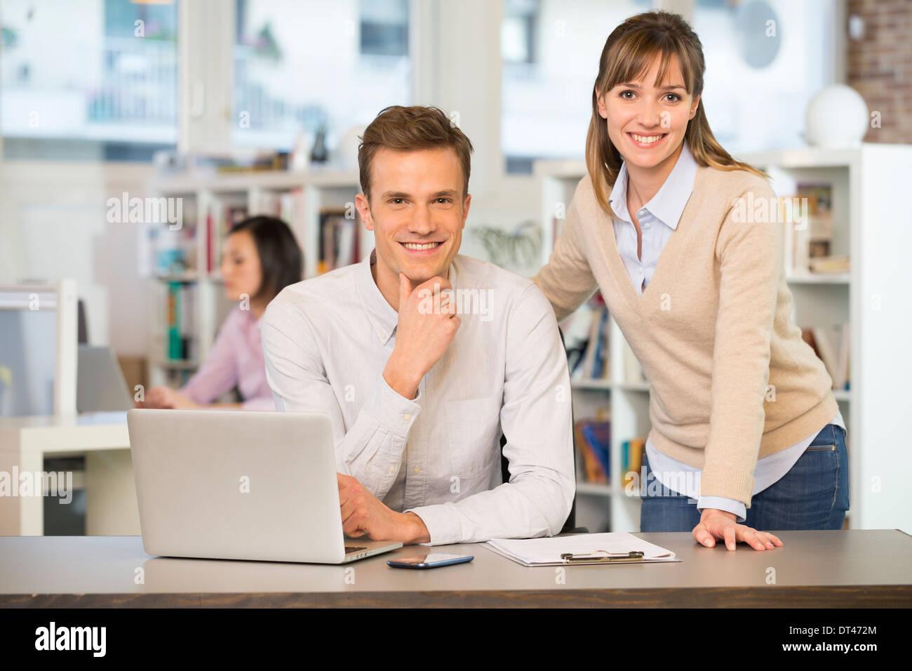 Gli imprenditori felice desk computer casual Immagini Stock