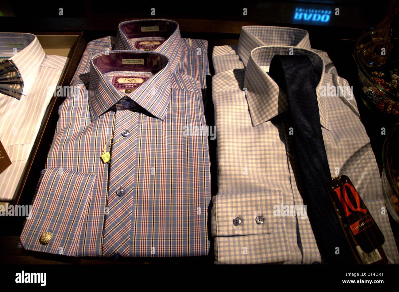 Gli uomini shirt sul display negli uomini la boutique in KLCC, Kuala Lumpur Immagini Stock