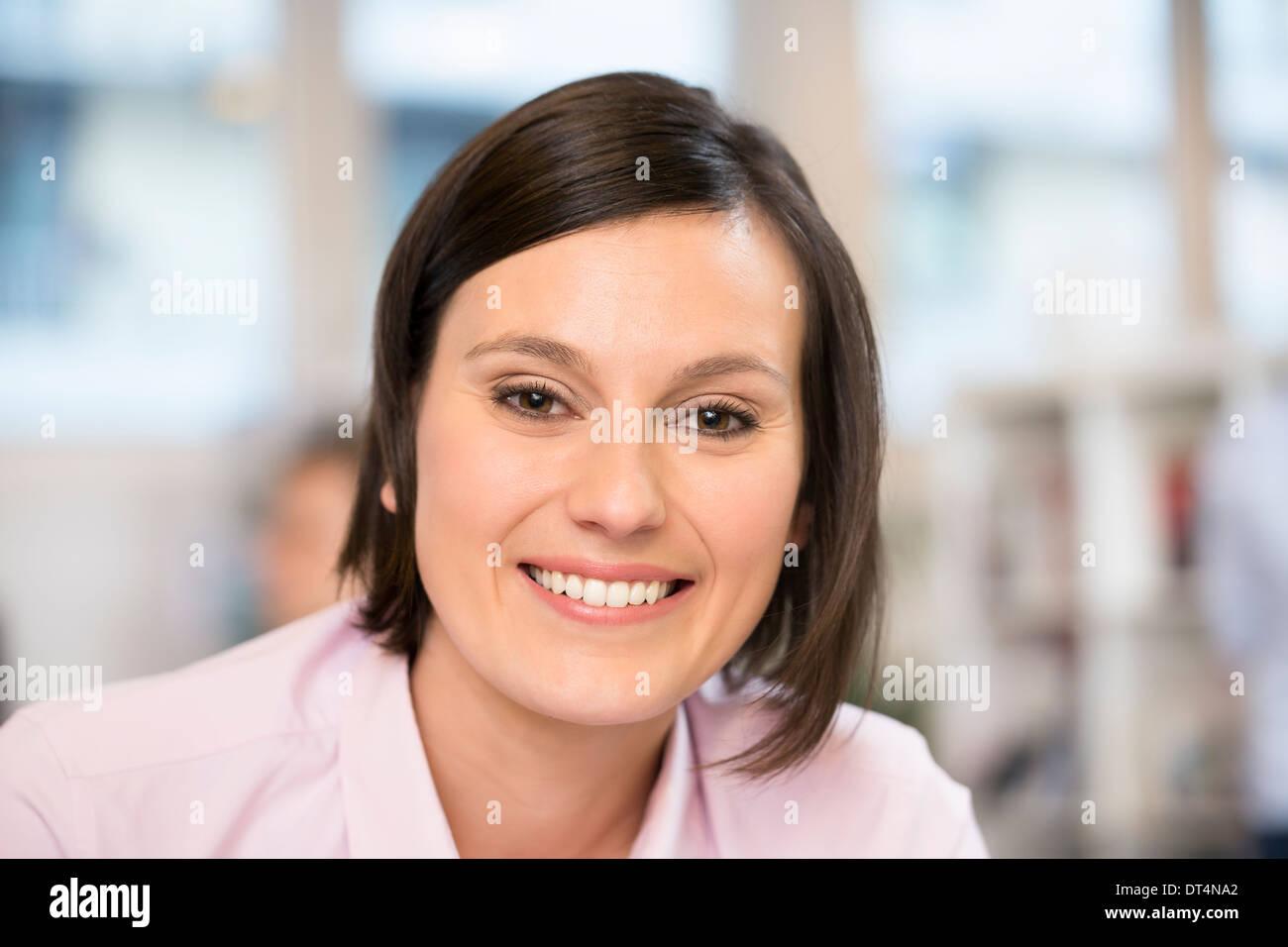 Donna sorridente di business desk faccia di lavoro Immagini Stock