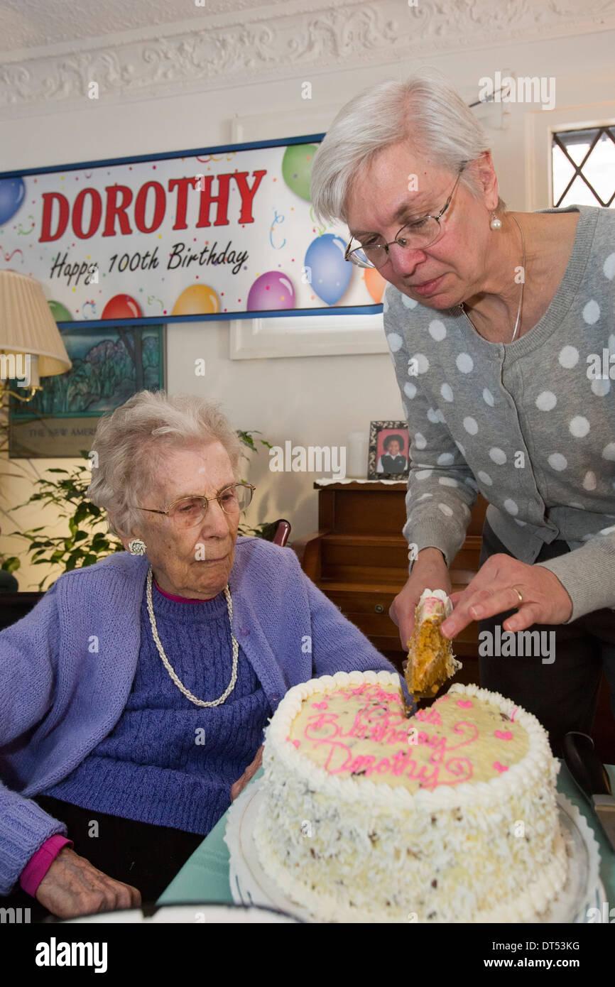 Detroit, Michigan - Dorothy Newell festeggia il suo centesimo compleanno. Sua figlia, Susan Newell, taglia la torta di compleanno. Immagini Stock