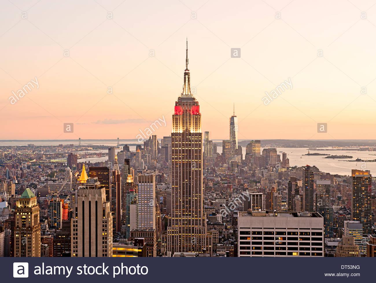 Skyline di New York Manhattan New York skyline della città Empire State Building visualizzare di nuovo al tramonto Immagini Stock