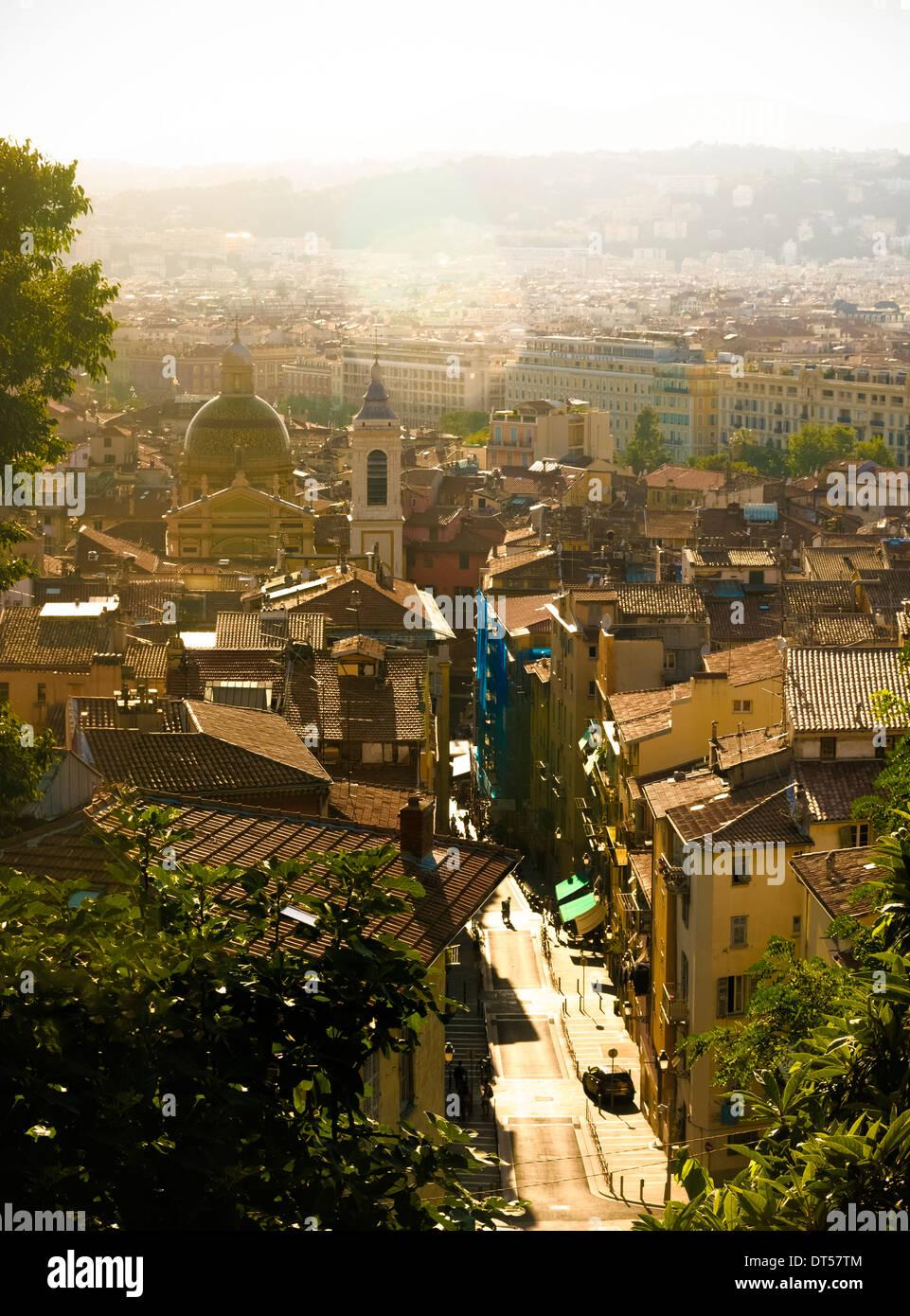 Vista della Città Vecchia di Nizza, Alpes Maritimes, Francia con la Cattedrale Sainte Reparate in background Immagini Stock