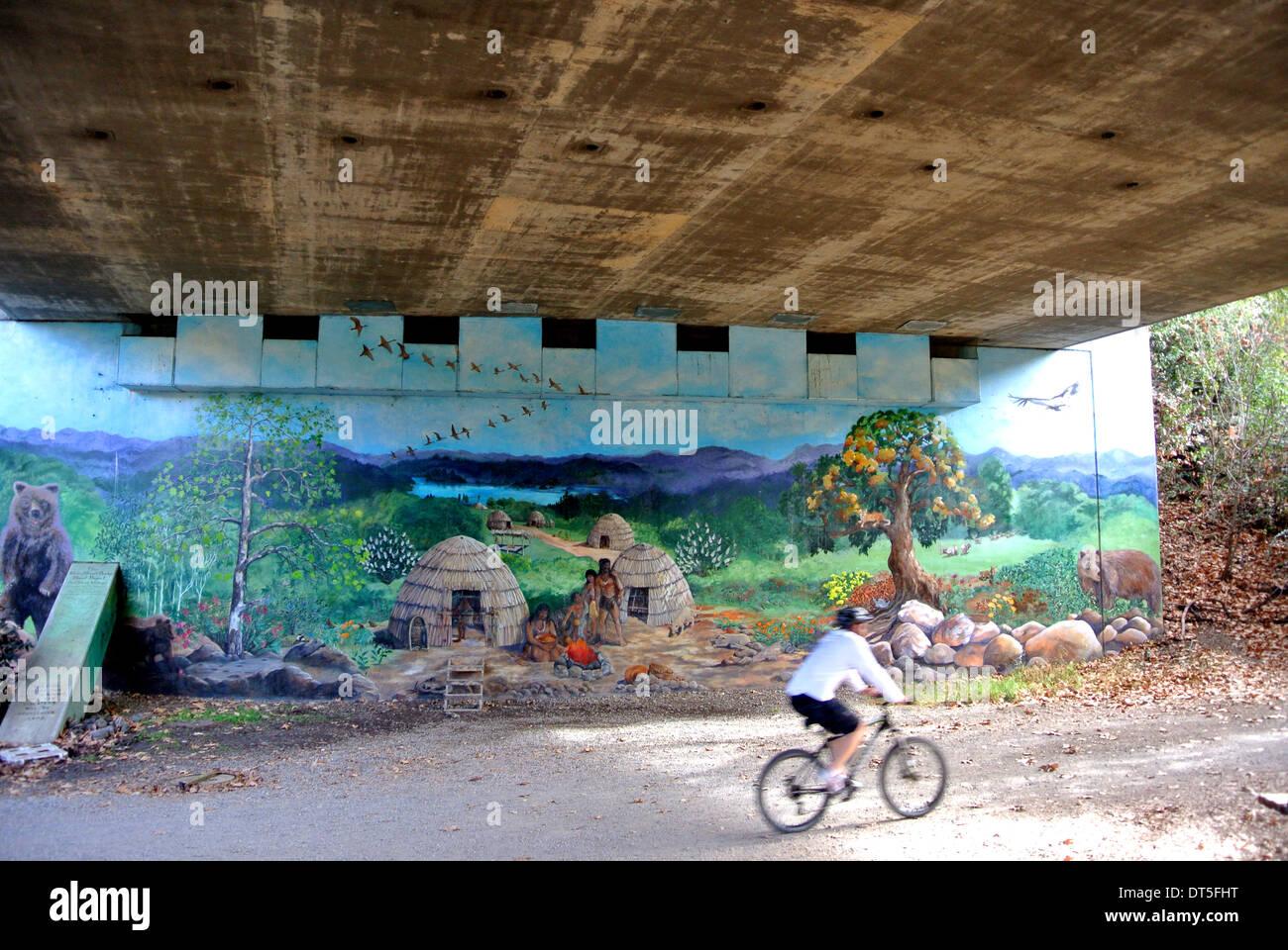 I ciclisti corse sotto freeway murale di Los Gatos Immagini Stock