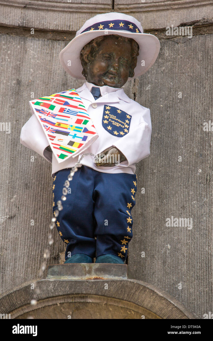 La statua Manneken Pis a Bruxelles in una camicia che celebra il giorno dell'UE. Immagini Stock