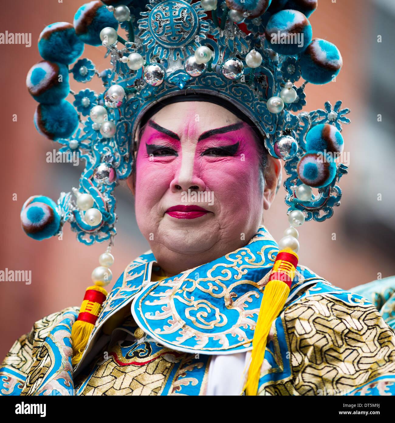 Orgoglioso uomo cinese che indossa il trucco sfilate presso il nuovo anno lunare Festival in Chinatown. Foto Stock