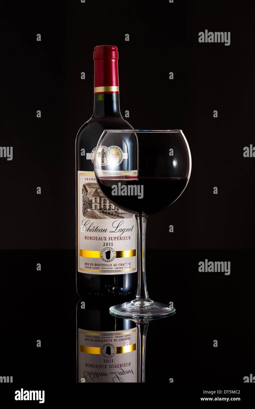 Vetro e bottiglia di 2011 Chateau Lagnet vino. Immagini Stock