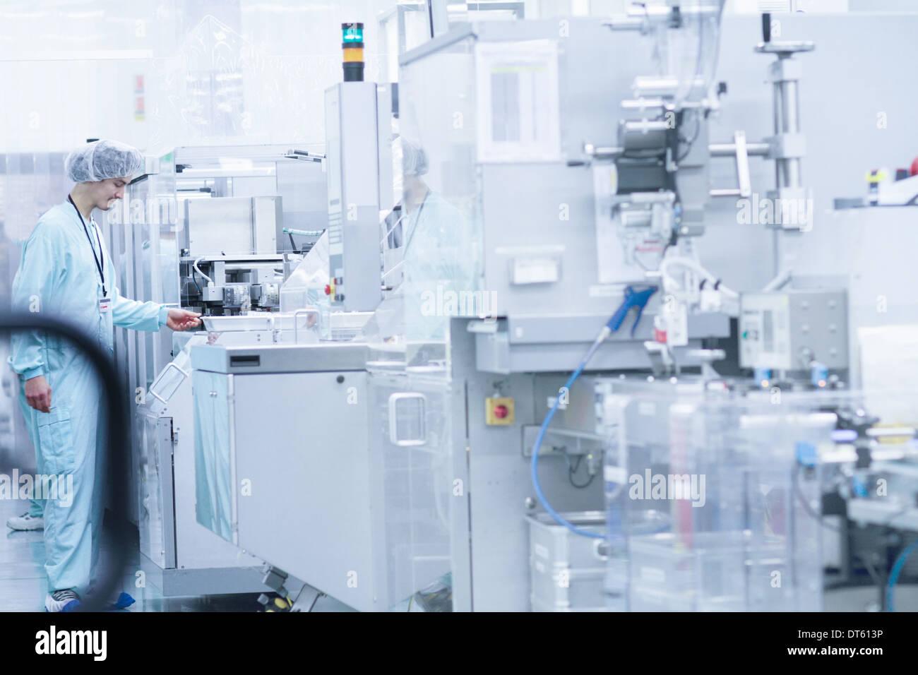 Tecnico di laboratorio durante il lavoro Foto Stock