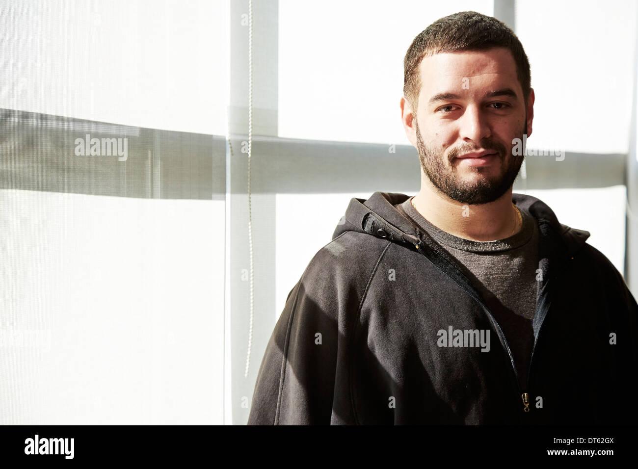Ritratto di giovane uomo che indossa top con cappuccio Immagini Stock